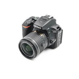 Nikon D5600 + AF-P Nikkor 18-55mm f/3.5-5.6 G VR DX (Shuttercount 2150, Kunto K5) - Käytetty