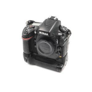 Nikon D800 (Shuttercount 4900, Kunto K4,5) + Tarvike akkukahva - Käytetty