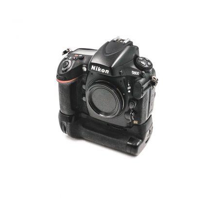Nikon D800 (Shuttercount 62300) + Tarvike akkukahva - Käytetty