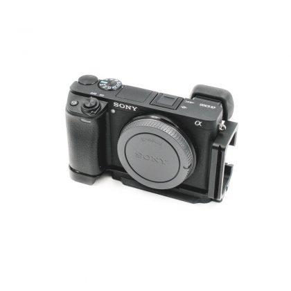 Sony A6300 + Sony E 16-50mm f/3.5-5.6 OSS + L-rauta - Käytetty